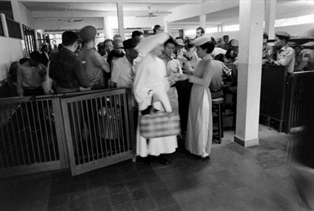 Hành khánh tại phòng chờ trước khi ra máy bay.