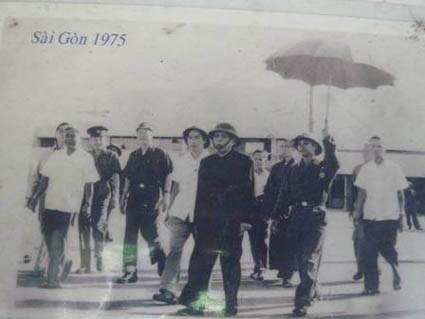 Chủ tịch nước Tôn Đức Thắng và lãnh đạo cao cấp từ Hà Nội đến sân bay Tân Sơn Nhất hồi tháng 5/1975. Ảnh tư liệu.