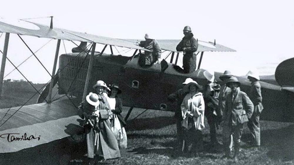 Máy bay Pháp hạ cánh xuống Sài Gòn năm 1925 - Ảnh tư liệu do Tam Thái sưu tầm.