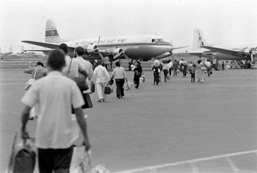 Người Sài Gòn xưa đi máy bay. Ảnh: Bill Eppridge.
